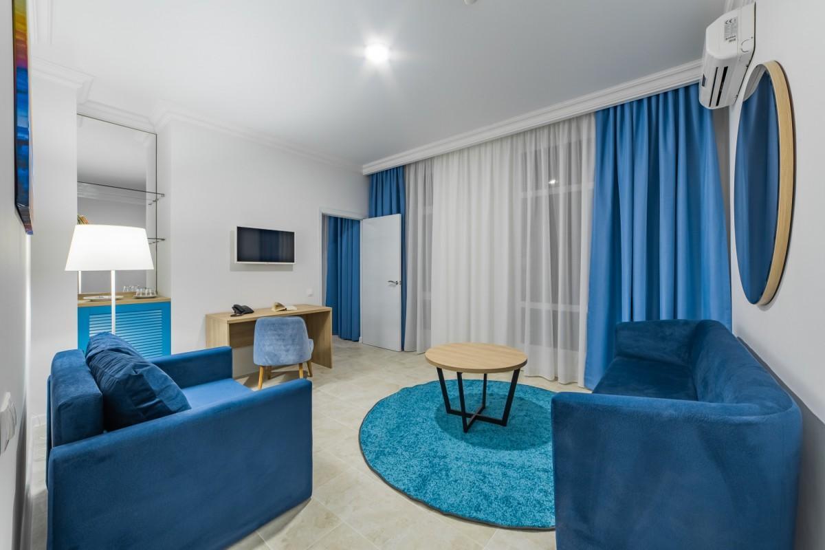 Люкс 4-местный 3-комнатный (вид на бассейн)
